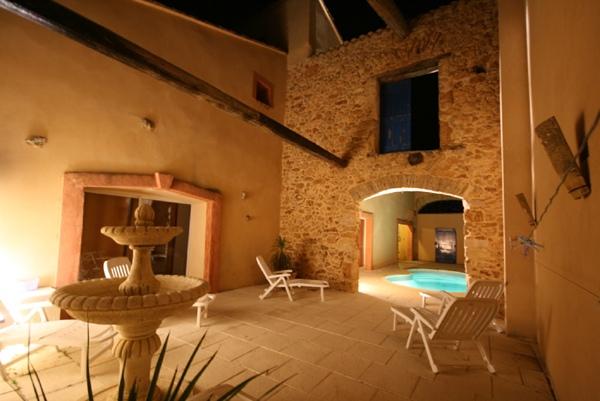 Gites de groupe languedoc roussillon giga location for Gite auvergne avec piscine