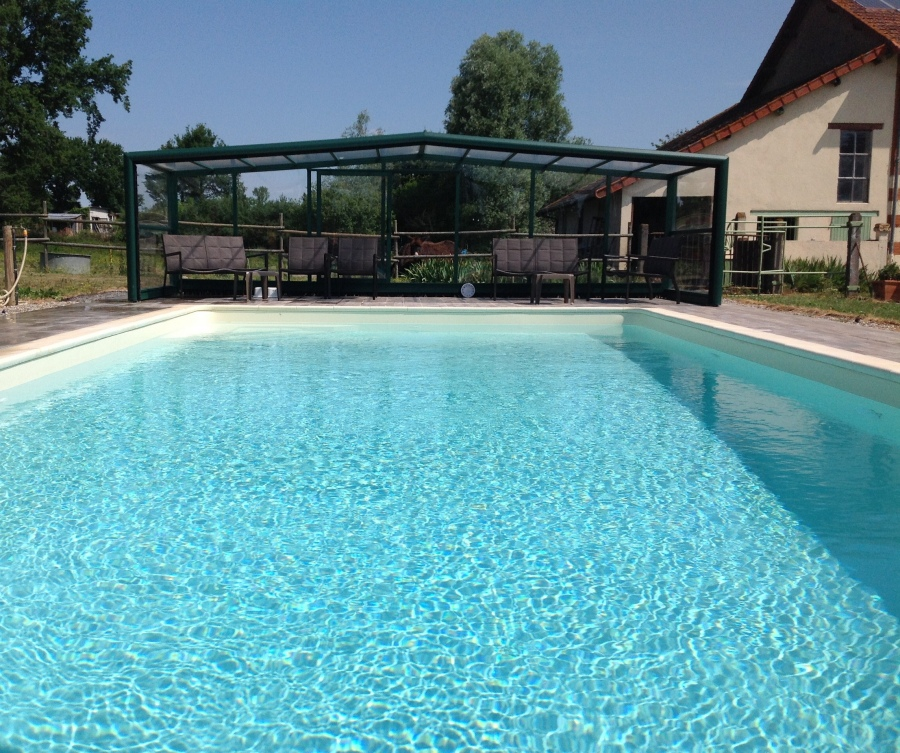 Gite 12 personnes les malvaux gite de groupe auvergne for Auvergne gites avec piscine