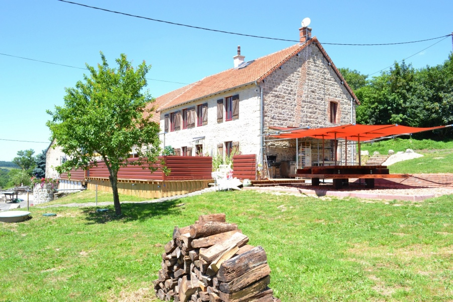 Le levadoux maison ind pendante piscine int rieure gite for Auvergne location maison